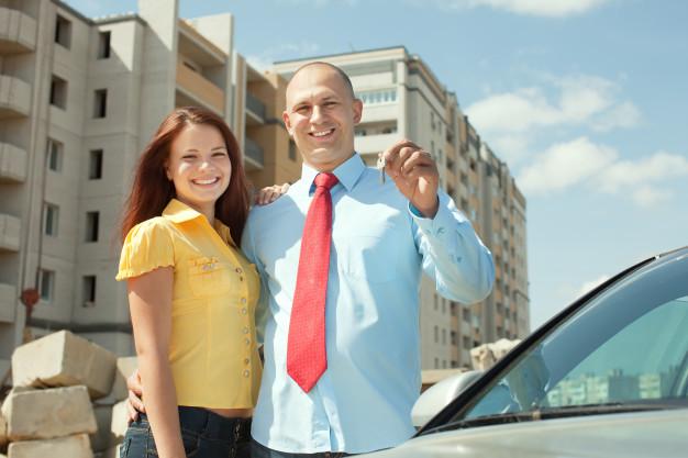 mulher e um homem segurando chave na mão